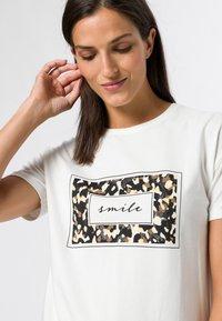 zero - MIT LEO FRONTPRINT - Print T-shirt - offwhite - 3