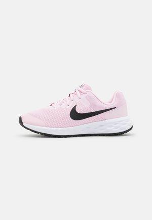 REVOLUTION 6 NN UNISEX - Obuwie do biegania treningowe - pink foam/black