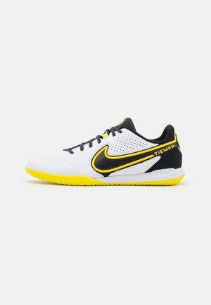 REACT TIEMPO LEGEND 9 PRO IC - Indoor football boots - white/dark smoke grey/black/yellow strike
