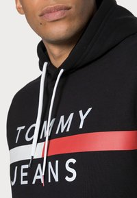 Tommy Jeans - REFLECTIVE FLAG HOODIE - Huppari - tommy black - 4