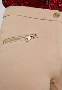 Cortefiel - PONTE BASIC TROUSERS WITH ZIPPER POCKETS - Leggings - Trousers - beige - 4