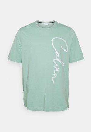 SUMMER SCRIPT LOGO  - T-Shirt print - green
