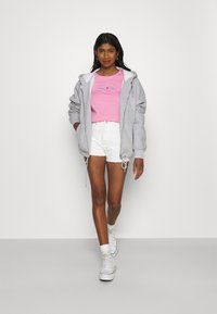 Tommy Jeans - T-shirts med print - pink daisy - 1