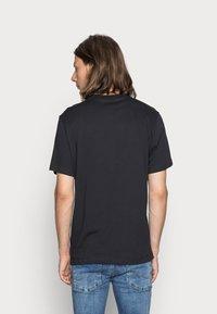 Nike Sportswear - CLUB TEE - T-paita - black/white - 2