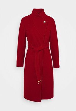 FUNNEL COLLAR GLOSSY COAT - Frakker / klassisk frakker - red