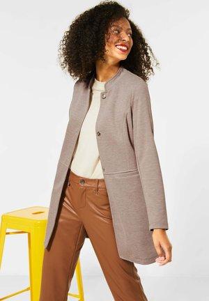PIQUÉ-STRUKTUR - Short coat - braun