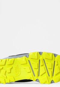 The North Face - JR HEDGEHOG HIKER II MID WP - Hiking shoes - tnfblack/sulphurspringgrn - 3