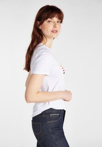 Lee - ESSENTIAL SLIM - T-shirt z nadrukiem - bright white - 4