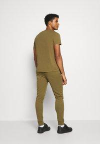 Champion - CUFF PANTS - Teplákové kalhoty - olive melange - 2