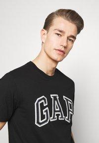 GAP - BAS ARCH - T-shirt z nadrukiem - true black - 3