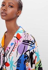 Bershka - MIT BUNTEM  - Button-down blouse - stone - 3