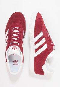adidas Originals - GAZELLE - Trainers - collegiate burgundy/footwear white - 0