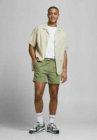 Jack & Jones - JJIJEFF JJJOGGER - Shorts - deep lichen green - 1