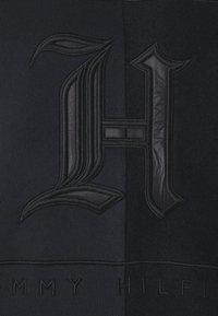 Tommy Hilfiger - LEWIS HAMILTON UNISEX TONAL FLEECE CREW NECK - Sweat polaire - black - 7