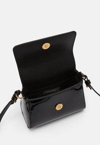 Versace - BORSA TOTE MEDUSA RASO  - Across body bag - nero/oro versace - 2