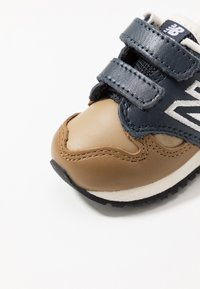 New Balance - IV520JB - Sneakers basse - brown/blue - 2
