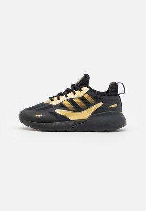 ZX 2K 2.0 UNISEX - Sneakers laag - core black/gold metallic