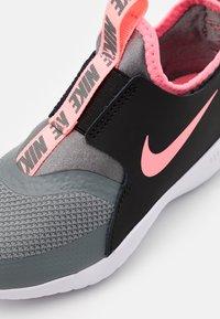 Nike Performance - FLEX RUNNER UNISEX - Neutrální běžecké boty - smoke grey/sunset pulse/black/white - 5