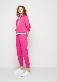 Polo Ralph Lauren - FEATHERWEIGHT - Pantaloni sportivi - peony - 4