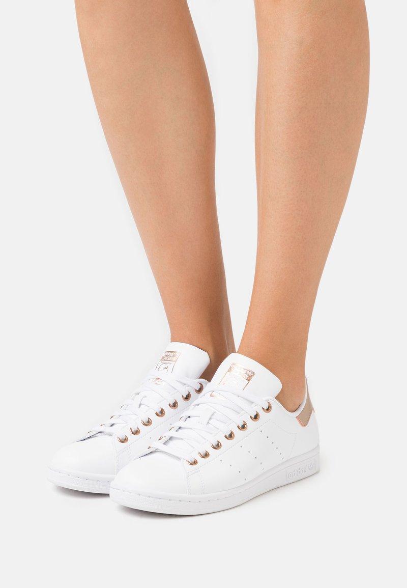 adidas Originals - STAN SMITH  - Baskets basses - footwear white/copper metallic