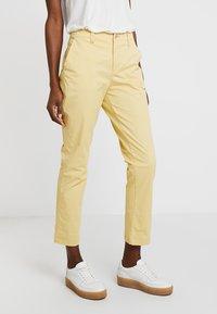 GAP - GIRLFRIEND - Chinos - faded yellow - 0