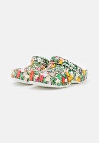 Crocs - CLASSIC PRINTED FLORAL - Sandalias planas - white/multicolor - 2