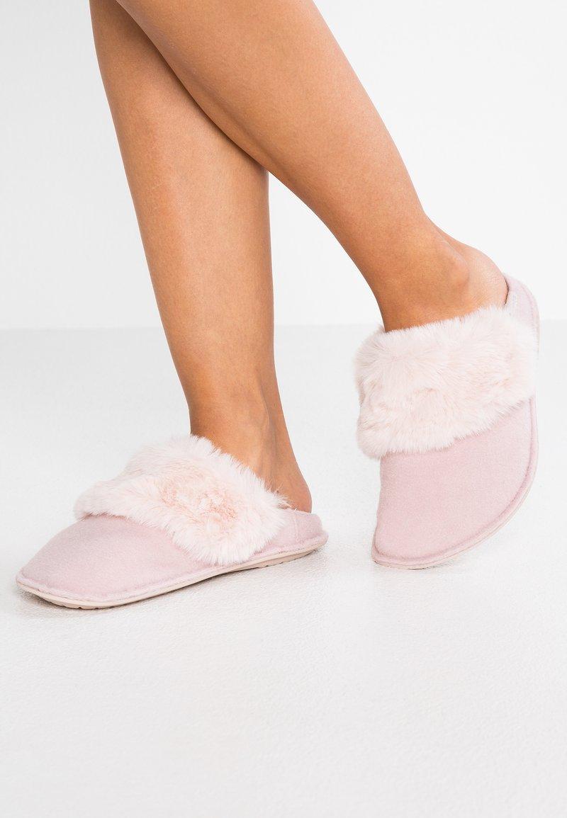 Crocs - CLASSIC LUXE SLIPPER  - Slippers - rose dust