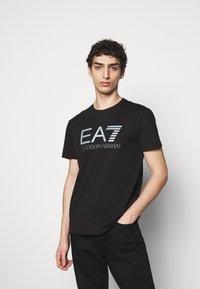 EA7 Emporio Armani - T-shirt con stampa - black - 0