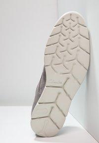 Clarks - VENNOR WALK - Stringate sportive - grey - 4