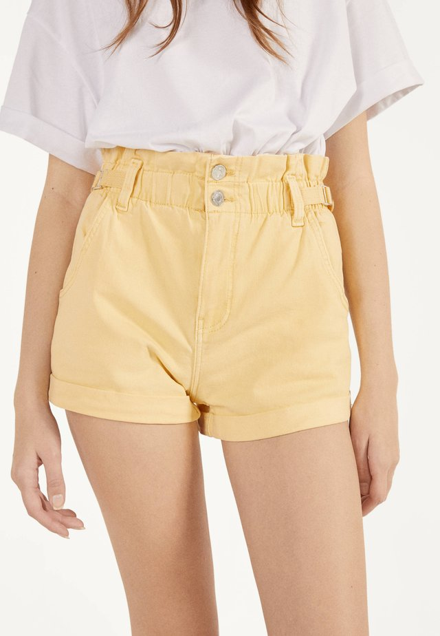 MIT STRETCHBUND UND GÜRTELSCHLAUFEN - Short en jean - yellow