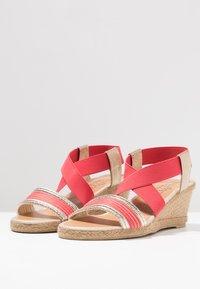 Fitters - LEONIE - Sandały na koturnie - coral - 2
