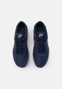 Nike Sportswear - VALIANT - Sneakersy niskie - midnight navy/metallic red bronze/white