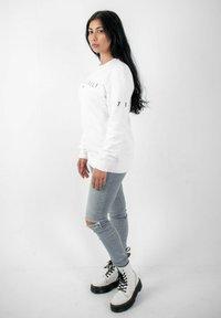 PLUSVIERNEUN - STUTTGART - Sweatshirt - white - 3