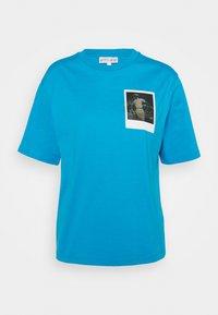 Lacoste - LACOSTE X POLAROID  - Print T-shirt - fiji - 3