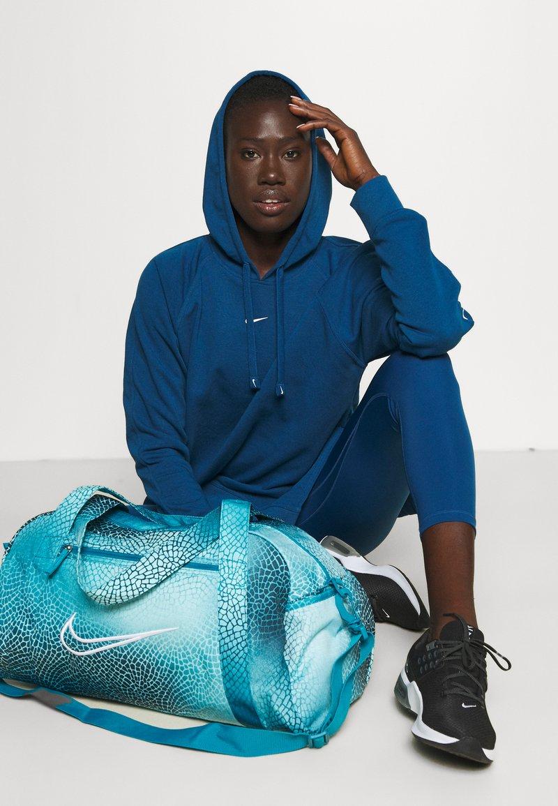 Nike Performance - GYM CLUB BAG - Sportovní taška - cyber teal/white