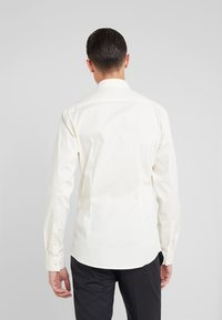 Tiger of Sweden - FILBRODIE SLIM FIT - Chemise classique - old lace - 2