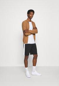 Lacoste - Pantaloni sportivi - noir/blanc - 1