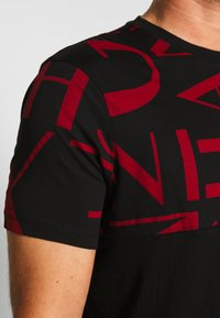 Armani Exchange - Print T-shirt - black/syrah - 4