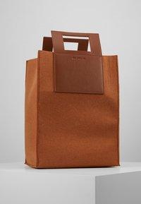 Holzweiler - CARRY BIG BAG - Shopping bags - camel - 0