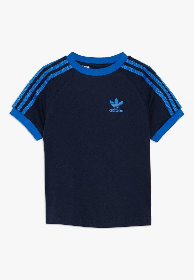 adidas Originals - 3 STRIPES TEE - Print T-shirt - collegiate navy/blue