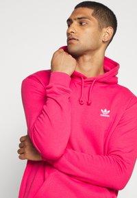 adidas Originals - ESSENTIAL HOODY UNISEX - Jersey con capucha - powpnk - 3