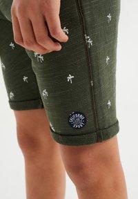 WE Fashion - MET PALMBOOMOPDRUK - Shorts - army green - 2