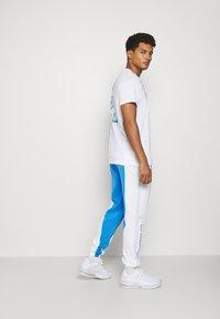 Nike Performance - NBA LOS ANGELES LAKERS CITY EDITON THERMAFLEX PANT - Pantalon de survêtement - coast/white/pure platinum - 2