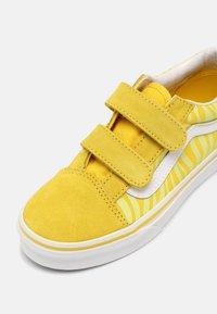 Vans - OLD SKOOL V UNISEX - Trainers - neon animal zebra/yellow - 6