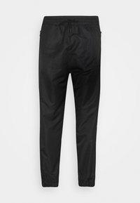 SHELL JOGGERS - Teplákové kalhoty - black