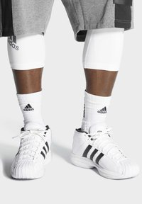 adidas Performance - PRO MODEL 2G SHOES - Basketbalschoenen - white - 1