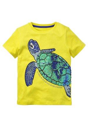 MIT PAILLETTEN-MEERESKREATUREN - Print T-shirt - zitronenschalengelb, schildkröte