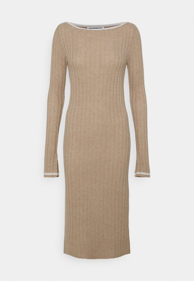 BOAT NECK DRESS - Etuikjoler - camel
