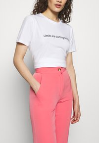 Progetto Quid - TROUSERS - Kalhoty - pink coral - 4