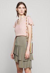 Bruuns Bazaar - LAERA DOLPHINE SKIRT - A-line skirt - olive tree - 3